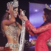 Ex Miss Universo Panamá 2012 Sheldry Saez pasandole la corona a Stephanie Vander Werf actual Miss Universo Panamá 2012